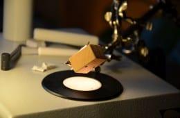 Modifikationen von Großserientonabnehmern sind weit verbreitet. Insbesondere vom Denon DL-103 gibt es eine beinahe unüberschaubare Anzahl unterschiedlicher Varianten. Jo Soppa ist wohl der Erste, der sich an das ebenfalls weit verbreitete Audio Technica AT-95E wagt. Mit Erfolg?