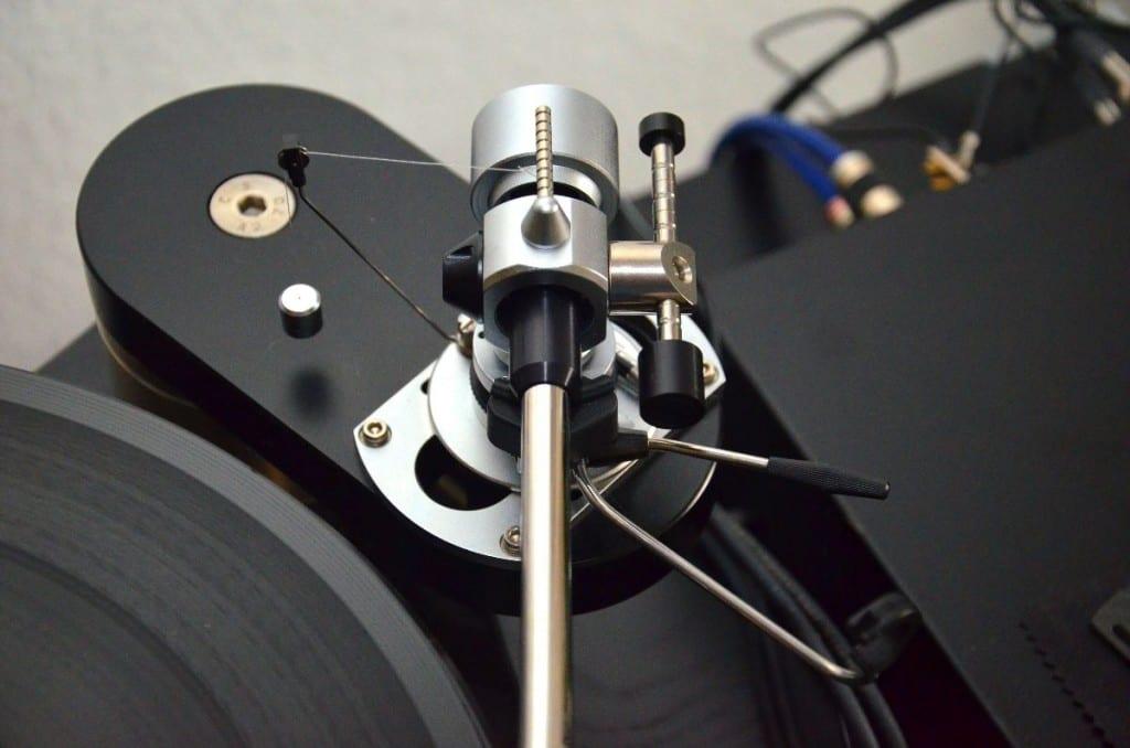 SME M2-9R Tonarm - Etabliert: Die Skatingkompensation mittels Faden und Gewicht funktioniert tadellos
