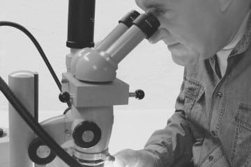 Stoeckl_Mikroskop_sw_lowres.jpg
