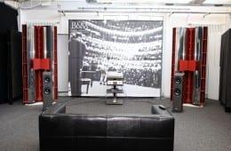 Backes & Müller Firmenreportage - Im riesigen Hörraum wirken selbst die gigantischen BM100 noch moderat' davor sind BM Prime 8 platziert
