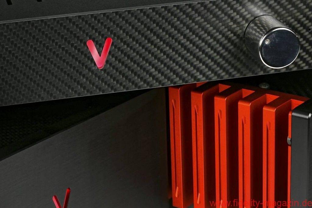 """Valvet Röhrenvorstufe Soulshine und Class-A Monoblöcke A4 - V wie """"vorne"""" oder """"voll cool""""? Quatsch, wie """"Valvet"""" und """"volle Kanne"""" natürlich: Mit je 55 Watt sorgen die Monos für Alarmstufe Rot, während die Soulshine-Röhrenvorstufe der Wiedergabe Seele einhaucht - Ein paar Euro mehr kosten die Sonderversionen mit Carbon und roten Kühlkörpern zwar, dafür sehen sie aber echt abgefahren aus."""