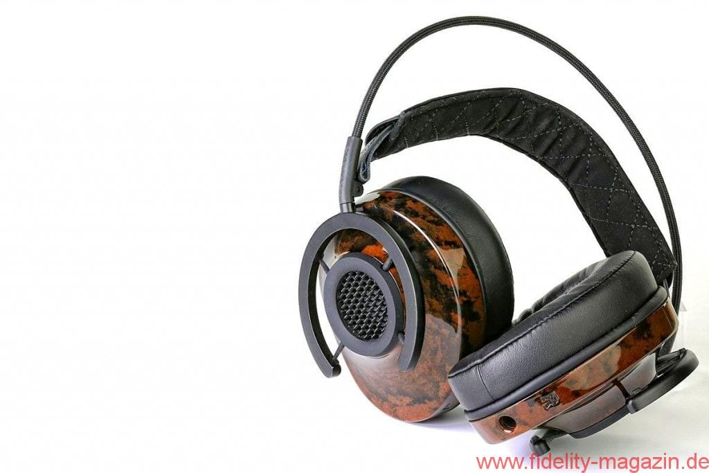 """audioquest Nighthawk Kopfhörer - Für die Aufhängung der Muscheln hat sich Designer Skylar Gray von den """"Spinnen"""" der legendären Neumann-Großmembranmikrofone inspirieren lassen. Die Muscheln selbst werden aus """"Liquid Wood"""" hergestellt, einer neu entwickelten Planzenfasermixtur. Der NightHawk sitzt daher immer perfekt auf dem Kopf"""