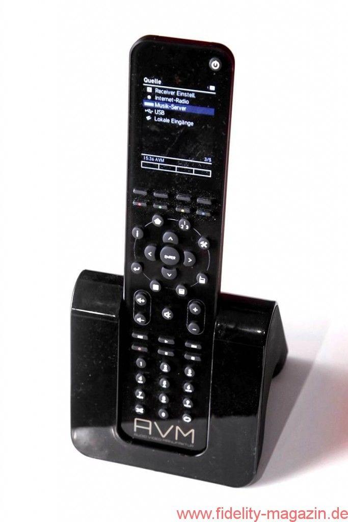 AVM Inspiration CS 2.2 - Ausgerechnet Bananen: Von Phono bis Antenne steckt er alles ein, für die Lautsprecher verlangt er Federklemmen Nach Hause telefonieren: Die State-of-the-Art-Fernbedienung ist dank Ladestation stets einsatzbereit