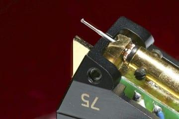 EMT JSD S75 - Diamant an Saphir im Borstäbchen: Im halboffenen Gehäuse aus eloxiertem Spezial- Aluminium steckt ein penibelst justiertes Präzisions-Ensemble mit Dauerläuferqualitäten