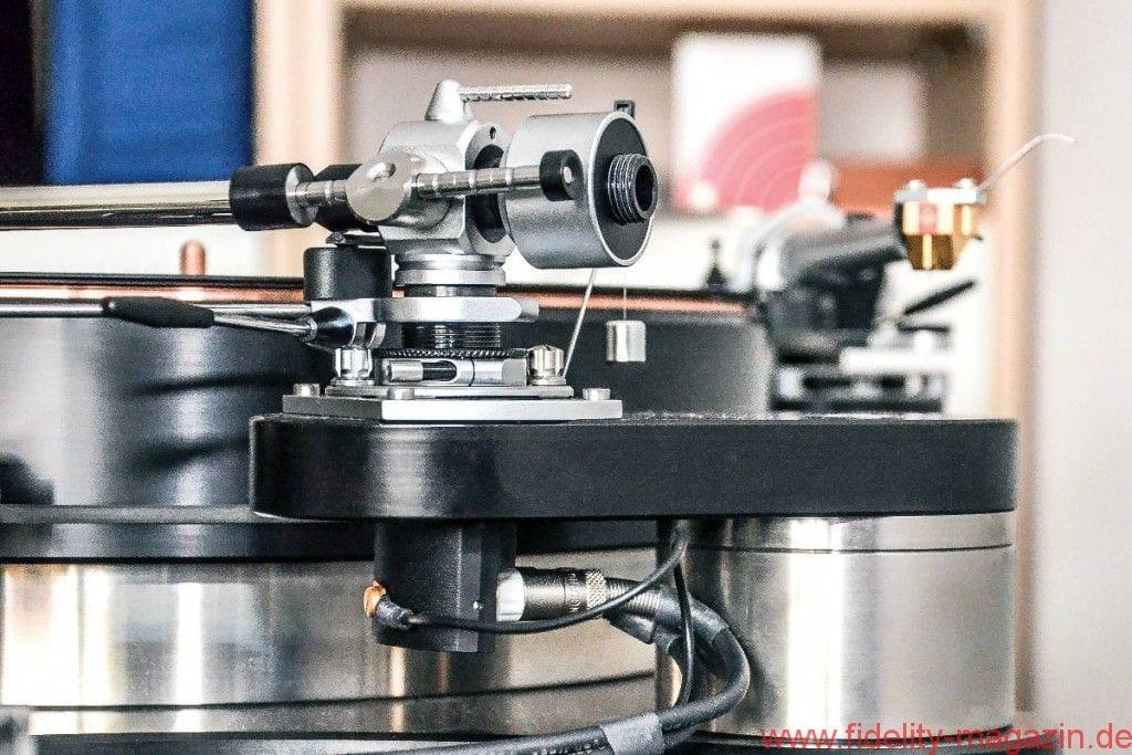 SME M2-9 R Tonarm - Erhebend: Gewinde und Rändelschraube ermöglichen eine bequeme VTA-Justage