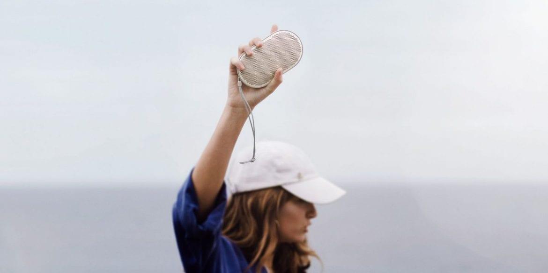 B&O Beoplay P2 - Die Optik des Beoplay P2 ist abgerundet, glatt und ästhetisch und passt perfekt in die Handfläche wie ein Kieselstein, den man am Strand gefunden hat.