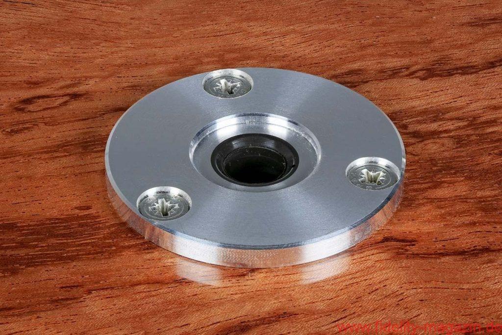 Acoustic Solid 113 Wood Bubinga - In die 12-Millimeter-Tellerachse, die sich spielfrei in der besonders gleitfähigen Acoustic-Solid-Kunsstoffbuchse dreht, ist eine Lagerkugel aus Keramik eingelassen, die wiederum auf einem Teflonspiegel läuft. Auch der Tonarm mit Carbonrohr wird im eigenen Hause gefertigt.