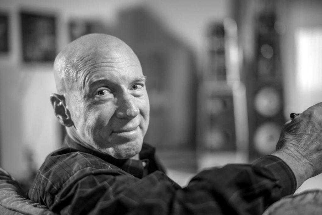 Dave Wilson von Wilson Audio in seinem Hörraum