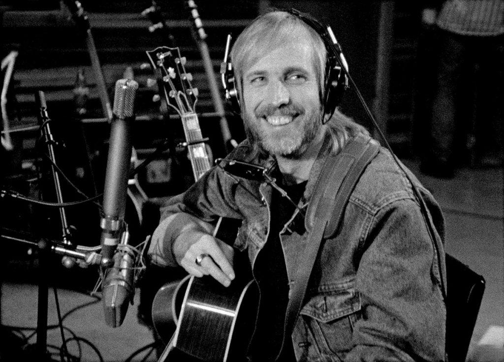 Tom Petty lachend, credit Martyn Atkins
