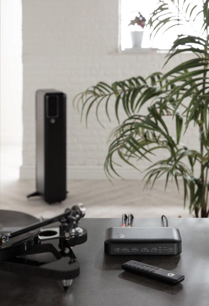 qactive-hub-remote-lifestyle-01