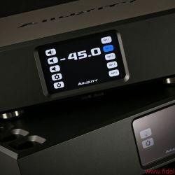 Alluxity Pre One / Power One - Kleiner Zyklop: Unterhalb des Touchscreens der Vorstufe wartet ein Empfängerauge auf Fernbedienungsbefehle