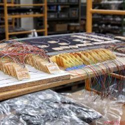 Backes & Müller Firmenreportage - Reihenweise liegen die Beschleunigungsaufnehmer – hier Sensoren für die Basskorrektur – zum Einbau bereit