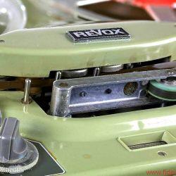 REVOX F36 - Maschinenbau pur: ein langer Arm mit dicker Rolle für den Transport des zarten Bandes