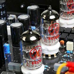 Synthesis Roma 79DC - Design, Klang und Innenleben: alles klar, liebevoll und aufgeräumt - Mehrstufige Verstärkung: Zwei ECC83 und eine ECC82 verstärken das Signal in Kathodenfolger-Schaltung