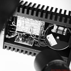 Valvet Röhrenvorstufe Soulshine und Class-A Monoblöcke A4 - Purismus par excellence: Die eigentliche Verstärkerschaltung der A4-Leistungsendstufen macht sich klein und quetscht sich an die Kühlkörper, den meisten Raum beansprucht der eindrucksvolle Trafo. Die Vorstufe glänzt durch kurze Wege und hervorragende Verarbeitung.