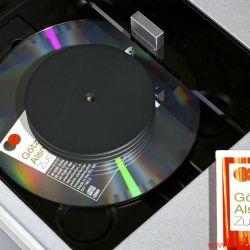 C.E.C. CD 5 - Ein Puck großen Durchmessers hält die CD sicher in der Waagerechten. Der frei zugängliche Riemen kann ohne Werkzeug gewechselt werden