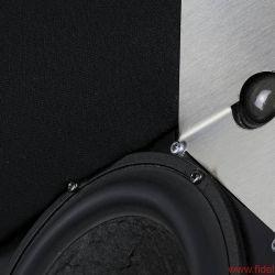 Larsen 8 - Der optisch markante Edelstahlwinkel dient zur präzisen Schallführung der Textilkalotte