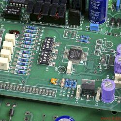 Lector Digitube S-192 - Die Rechenzentrale in Form eines AKM-4397-Chips. Daneben die puristische Ausgangsstufe mit zwei ECC81. Rechts im Vordergrund: das USB-Interface