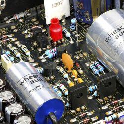 Whest Titan Pro - Thermische Kopplung: Der kleine rote Überzieher sorgt dafür, dass die beiden Halbleiter besser zusammenarbeiten - Die dicken silbernen Folienkondensatoren müssen sehr, sehr gut sein, dienen sie doch vermutlich als Koppelkapazitäten