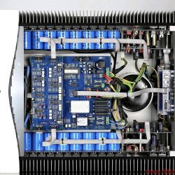 Audia Flight Strumento No.1 / Strumento No. 8 - Audia Flight bevorzugt vollsymmetrische Schaltungen. In jeder Mono-Endstufe sitzen 48 Leistungstransistoren.