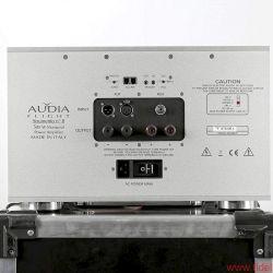 Audia Flight Strumento No.1 / Strumento No. 8 - Trickreich: Das Display ist zugleich Schalter. Das Anschlussfeld lässt praktisch jede Ansteuerung zu.