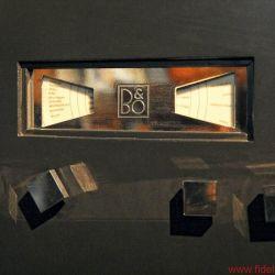 Bang & Olufsen BeoLab 90 - Szenen einer Geburtstagsfeier: CEO Tue Mantoni vor der Enthüllung der BeoLab 90, Gründer-Nachfahrin und Enkel beim Sektempfang im historischen Herrenhaus, Streifzug durchs B&O-Museum, Uralt-Mikrofon als Teil der Ausstellung