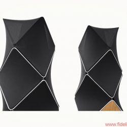 Bang & Olufsen BeoLab 90 - Akustisch transparente, vom Architekten Frei Otto inspirierte Stoffsegelflächen umhüllen das geometrisch höchst komplexe, aus Aluminium gegossene Grundgehäuse, auf dem ein kleineres Modul sitzt.