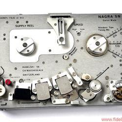 Nagra SN Tonbandmaschine - Wie beim Handaufzug: Zurückspulen des Bandes mit ausklappbarer, oben mittig montierter Kurbel