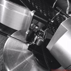 Design Built Listen The Wand Plus - Alle Einstellungen wie Antiskating mittels Fadengewicht, Überhang direkt an der Basis oder Azimut – über die kleine Schraube im Halbkreis rechts – befinden sich in unmittelbarer Nähe des Drehpunkts, wo scheibchenweise auch die Auflagekraft reduziert bzw. erhöht wird.