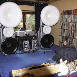 GECOM Technologies - Im Hörraum gibt's unglaubliche Klangerlebnisse – und gemütliche Katzen
