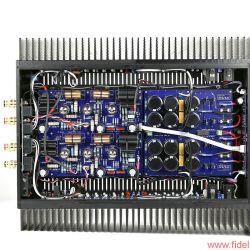 JE Audio Reference 1 Dyad S400 - Spannung mit Röhren, Strom mit Halbleitern: Auf den langen Kühlprofilen tummeln sich pro Kanal jeweils 24 MOSFETs