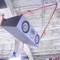 Manger In Berlin - Tresenkraft: Hard Wax, der legendäre Plattenladen, existiert immer noch – in Kreuzberg, Hinterhof, dritter Stock, Fabriketage, kein Lift. Unerwartetes audiophiles Highlight sind die beiden Abhörmonitore, mit Spanngurten unter der Decke fixiert und auf den Tresen zielend.