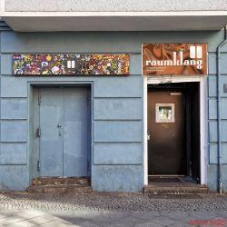 """Manger In Berlin - Mitten drin und voll dabei: Nicht weniger als 6000 (!) Federn entkoppeln die komplette Veranstaltungsstätte von dem Eckgebäude, das mitten im Wohngebiet steht. Wie aufwendig der Umbau mit doppelten Wänden, Böden, Decken gewesen sein muss, lässt schon ein näherer Blick auf den Grundriss erahnen. Damals hieß """"Raumklang"""" noch """"Trafo"""" und war auf Dark Wave spezialisiert."""