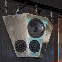 """Manger In Berlin - Belast-Bar: Je drei MSWs in sechs federnd aufgehängten Einheiten beschallen die Tanzfläche großflächig – seit 2001 ohne Ausfall. Unterhalb von 500 Hertz werkeln 12""""-Treiber von Eminence im Metall-Sandwichgehäuse. 18""""-Subwoofer von JBL sorgen in schwimmenden Betongehäusen für ein schlackenloses Tiefdruckgebiet."""