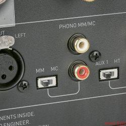 Musical Fidelity M6si - Auf der Rückseite des Amps erlaubt der Phono-Eingang die Umschaltung zwischen MC- und MM-Systemen, ein Hochpegel-Eingang lässt die Einbindung in ein Heimkino-Setup (HT) zu.