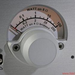 Nagra Jazz und Nagra Classic Amp - Sowohl Jazz als auch Classic Amp sind Nagra-typisch exzellent verarbeitet. Die Vorstufe bietet einen zwischen 0 und +12 dB umschaltbaren Verstärkungsfaktor und ein dimmbares Modulometer, der Endverstärker informiert über die abgegebene Leistung – ebenfalls dimmbar.