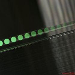 Reed Muse 3C - Das Lochband um den Teller sorgt als grünes Stroboskop für einen spektakulären Effekt – praktische Relevanz hat es jedoch nicht. Im Gegensatz zum elektronischen Inklinometer : Erst wenn alle vier LEDs dunkel bleiben, steht das Laufwerk in der Waage
