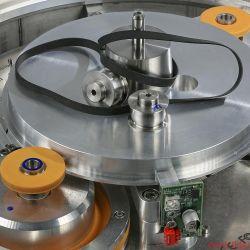 Reed Muse 3C - Clockwork Orange? – Das Innenleben erinnert mit präzisen Frästeilen an ein mechanisches Uhrwerk. Mit wenigen Handgriffen sind die orangen Reibräder gegen zwei Pulleys ausgetauscht, und der Muse 3C wird zum Riementriebler