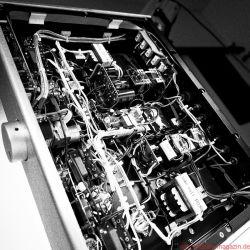 Lyric Audio Ti 140 Röhren-Vollverstärker - Eine Menge Freiverdrahtung und doch kein Kabelverhau, teure und gute Nichicon-Caps und das blaue Alps-Motorpoti für die Lautstärke – nichts unter der Haube des Ti 140 müsste sich verstecken.
