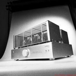 Lyric Audio Ti 140 Röhren-Vollverstärker - Gebürstetes Aluminiumgehäuse, schwere Ausgangsübertrager und ein Power-Knopf, der im Betrieb bündig in der Front verschwindet – alles am Ti 140 wirkt äußerst hochwertig.