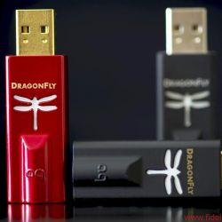 AudioQuest Dragonfly Red und Dragonfly Black - Vom DragonFly V1.2 sind DragonFly Black und DragonFly Red äußerlich nur an der Lackierung beziehungsweise den goldfarbenen Steckern zu unterscheiden.