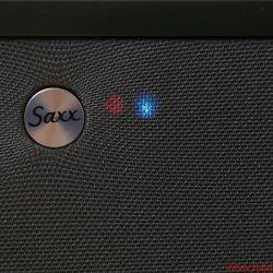 Saxx airSOUND AS 40 AS 50 - Die rote LED signalisiert Betriebsbereitschaft, die daneben glimmt grün für den AUX-Eingang, blau für DAS und ebenfalls rot für die WLAN-Verbindung.