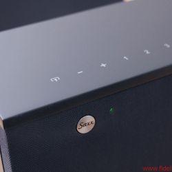 Saxx airSOUND AS 40 AS 50 - Die wenigen Bedienelemente – Quellenwahl, Lautstärkesteller und vier Speicher (v.l.n.r.) – sind als Touch-Flächen ausgeführt.