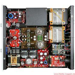 Audio Note (UK) Meishu - Der Meishu in der Phono-Version (für jeden Vinylisten ein Muss!) ist trotz beachtlicher Abmessungen prall gefüllt. Um die zentral positionierte Endstufe mit den 300B- und 5687-Pärchen gruppieren sich – gegen den Uhrzeigersinn – die Phonostufe (unter der Abdeckung), das Netzteil der Vorstufe, die Hochpegelstufe mit 6SN7, der dazugehörige Netztrafo, das Netzteil der Endstufe mit 5U4G und zwei 6X5 sowie die massiv überdimensionierten C-Kern-Ausgangsübertrager aus eigener Produktion.