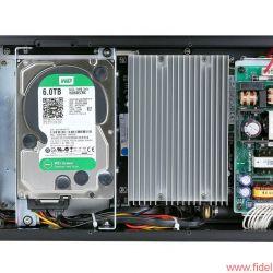 Aurender X100L Musicserver - Zwei 3-TB-HDDs dienen allein als Datenspeicher, für die Musikwiedergabe ist ein 120 GB großer SSD-Speicher (ganz links) zuständig. Der große Kühlkörper (rechts) über der Hauptplatine ersetzt locker einen Lüfter.