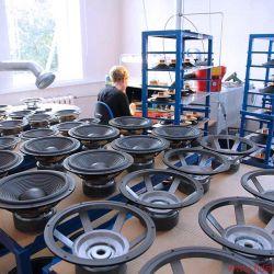 FIDELITY zu Besuch bei Audes in Estland - Umgeben von Einzelteilen, fügt eine junge Dame diese zu fertigen Treibern zusammen. Nicht alles ist Eigenbedarf