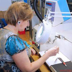 FIDELITY zu Besuch bei Audes in Estland - An den Wickelmaschinen sitzen allermeistens Frauen, vor allem, wenn winzige Drähte verarbeitet werden müssen
