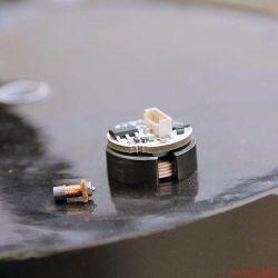 """FIDELITY zu Besuch bei Audes in Estland - XS, M und XXXL: Miniaturspule und Drucksensor mit Magnetventil auf dem Rücken von """"Trafozilla"""""""
