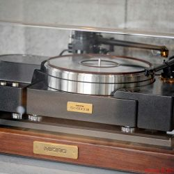 TIDAL La Assoluta in a picture-book bunker dream system - Two of the three analog high-end turntables are from Micro-Seiki; the SX-8000 II model has never existed in Germany. The selection of cartridges is equally exclusive.