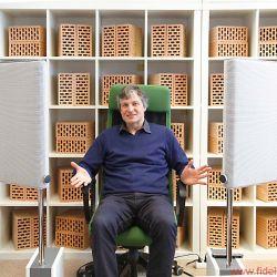 Sombetzki ESL Home Personal Speaker - Kopf hoch und locker bleiben beim Musikhören. Erfinder Michael Sombetzki beim erfolgreichen Probelauf seiner ESL Home im FIDELITY-Hörraum – und, ja, es geht noch deutlich komfortabler …